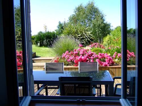 Le Dy en fleurs : Guest accommodation near Saint-Pierre-d'Arthéglise