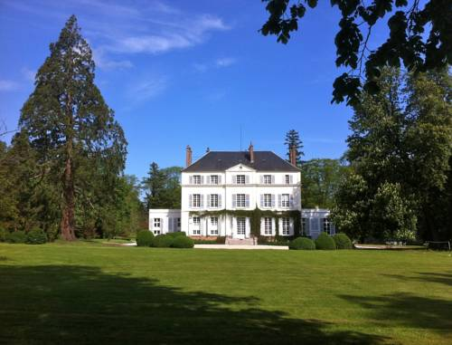 Chateau du Bois de la Lune : Bed and Breakfast near Corneuil