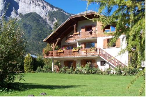 Les Chalets Carpe Diem : Guest accommodation near Villard-Reymond