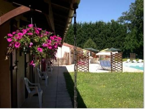 Motel Grill Les Coursaux : Motel near Nontron