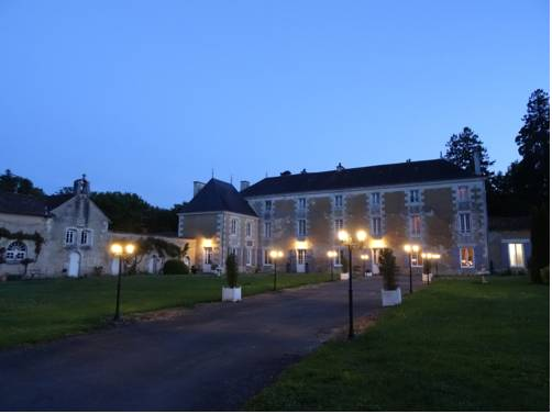 Château De La Touche : Bed and Breakfast near Nieuil-l'Espoir
