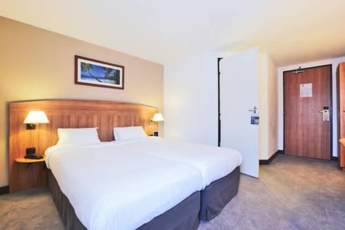 Kyriad Evreux - La Madeleine : Hotel near Corneuil