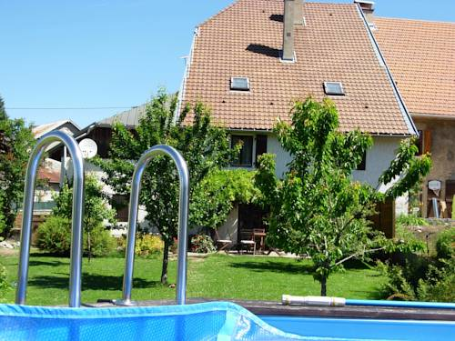 Chambres D'Hotes La Maison Des Chiens Verts : Bed and Breakfast near Nivollet-Montgriffon