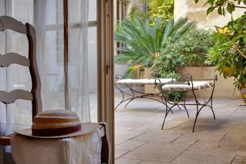 Autour Du Petit Paradis : Guest accommodation near Avignon