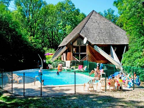 Village de Gîtes des Chalets du Camping du Golf : Guest accommodation near Saint-Saturnin