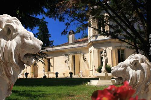 Château la Moune : Bed and Breakfast near Saint-Romain-la-Virvée