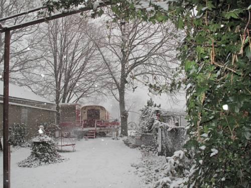 La Roulotte De Lola - Chambre d'hôtes : Bed and Breakfast near Malicorne