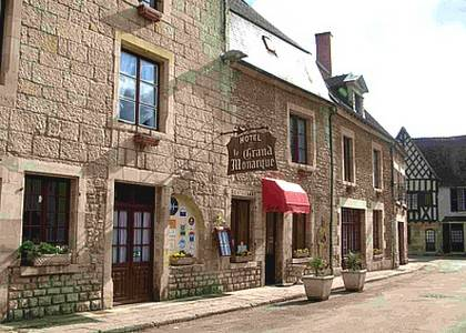 Logis Le Grand Monarque - Donzy : Hotel near Châteauneuf-Val-de-Bargis