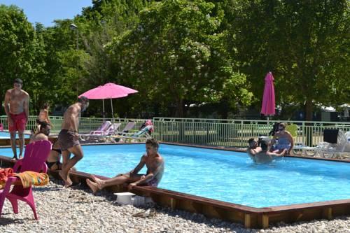 Camping les Plages de l'Ain : Guest accommodation near Anthon