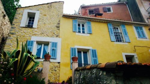 Au pied du château : Guest accommodation near Tourette-du-Château