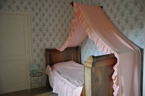 Château De Lanquais : Bed and Breakfast near Baneuil