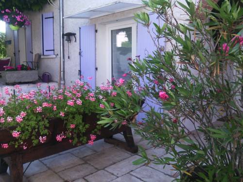 Les Glycines : Bed and Breakfast near Assieu