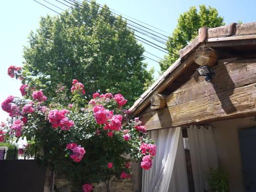 Les Mazets Des Robiniers : Guest accommodation near Saint-Gilles