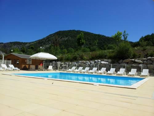 Camping La Pierre de L'Aigle : Guest accommodation near Bellaffaire