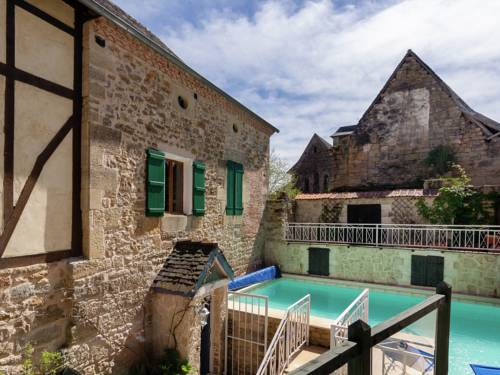 Holiday Home Coubjours 12P : Guest accommodation near Badefols-d'Ans