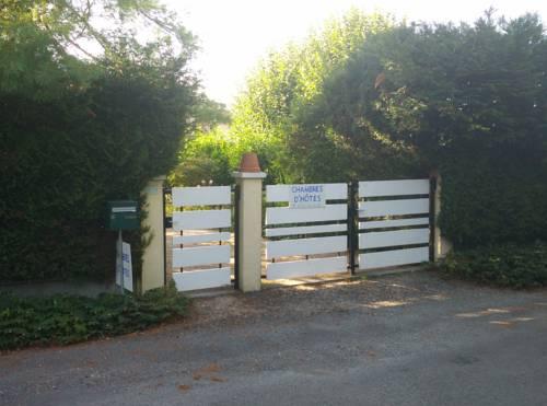 La Petite Maison dans le Jardin : Guest accommodation near Annesse-et-Beaulieu