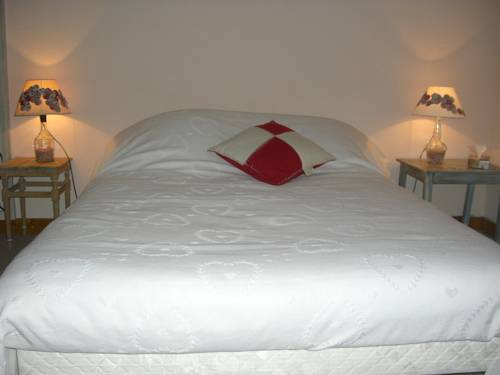 Les Capucines : Bed and Breakfast near Vieu