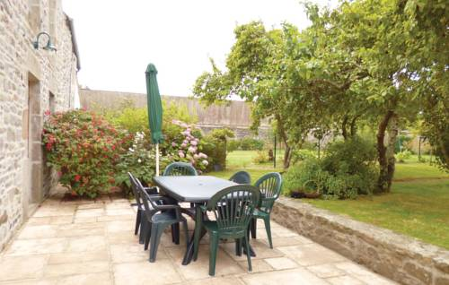 Holiday Home Quettehou Rue Du Buissonnet : Guest accommodation near Saint-Vaast-la-Hougue