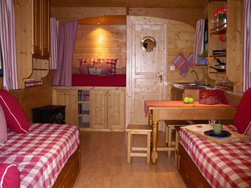 La Roulotte de l'Albizia : Guest accommodation near Fourchambault