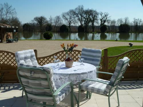 Lake Les Landes : Guest accommodation near Montpon-Ménestérol