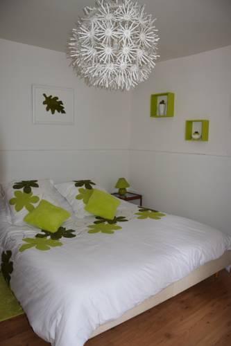 Les Volets Bleus : Guest accommodation near Mortery