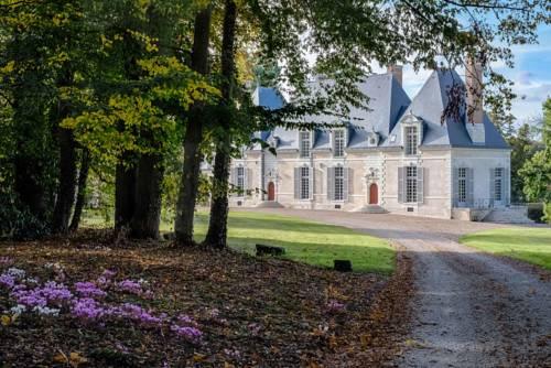 Chateau des Grotteaux : Bed and Breakfast near Saint-Claude-de-Diray