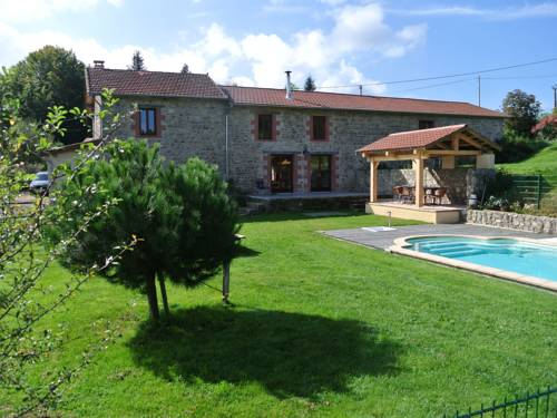Vue Pierres Et Piscine En Auvergne : Guest accommodation near La Guillermie