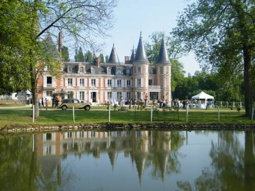 Chateau de la Plumasserie : Bed and Breakfast near Courtomer