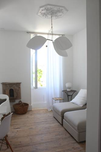 La maison sur la place : Bed and Breakfast near Auradou