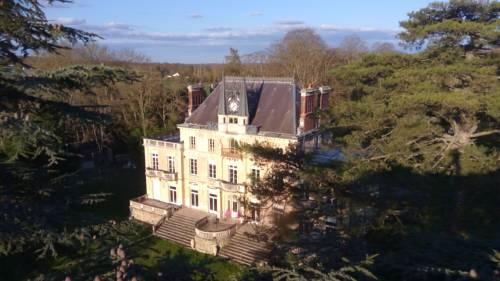 Chateau de la Rocherie Nevers Nord / Varennes-Vauzelles : Bed and Breakfast near Pougues-les-Eaux