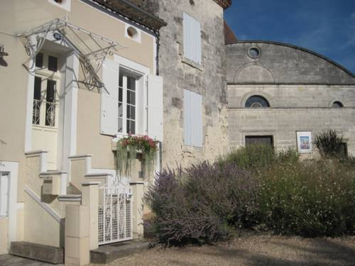 Charming House, Private Garden, Heated Pool : Guest accommodation near Ribérac