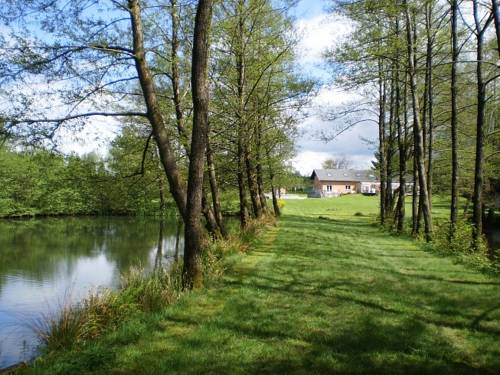 Le domaine du lac : Bed and Breakfast near Bourg-Fidèle