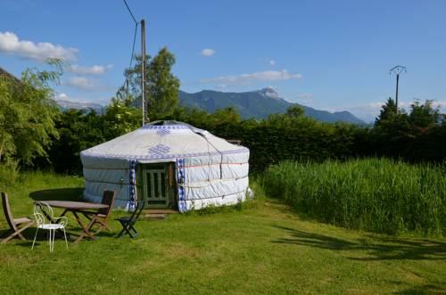 Yourte de l'Oree des Bornes : Guest accommodation near Aviernoz