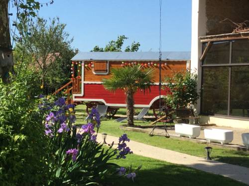Chambres et Roulotte de La Gentilhommière : Bed and Breakfast near Sainte-Julie
