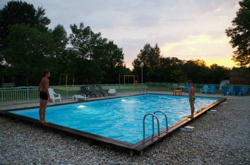Camping les Plages de l'Ain : Guest accommodation near Saint-Jean-de-Niost