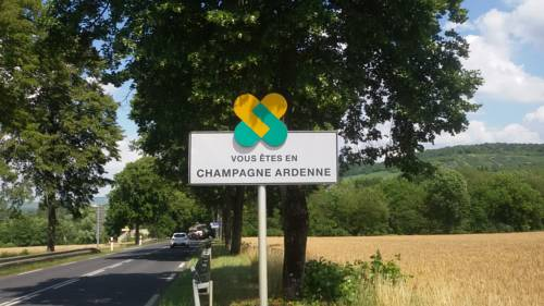 L'escale Fleurie : Bed and Breakfast near Courmont