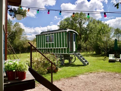 Vacances Les Courrais : Guest accommodation near Ars-les-Favets