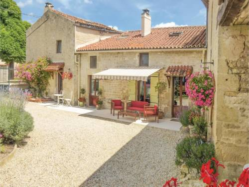 Three-Bedroom Holiday Home in Salles les Aulnay : Guest accommodation near Chizé