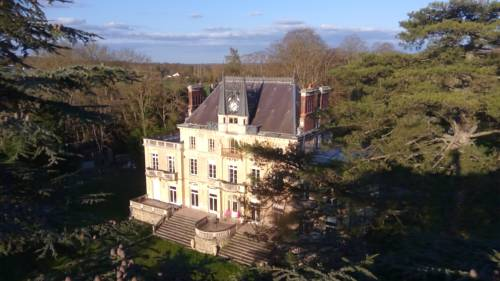 Chateau de la Rocherie Nevers Nord / Varennes-Vauzelles : Bed and Breakfast near Poiseux