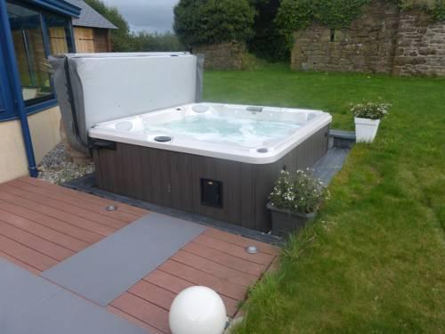 villa avec piscine et spa : Guest accommodation near Brélès