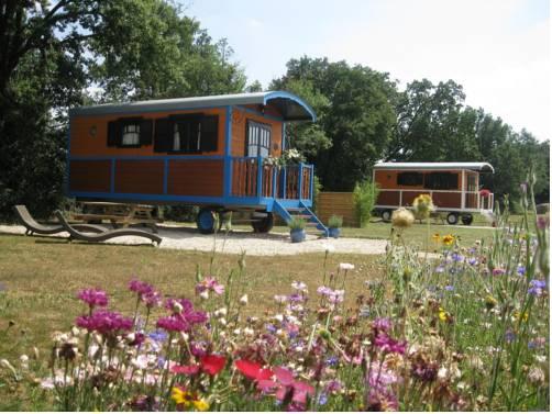 Les Roulottes d'Encazeaux : Guest accommodation near Ardizas