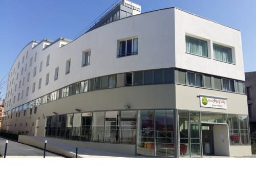 Appart-Hôtel Mer & Golf City Bassins à flot : Guest accommodation near Cenon