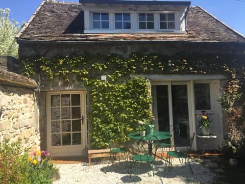 Rostis Cottage : Guest accommodation near Épisy