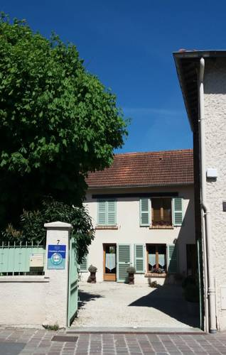 Chambres d'hôtes Les Marronniers : Bed and Breakfast near Buc