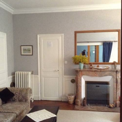 15 Place Voltaire : Bed and Breakfast near Arcy-sur-Cure