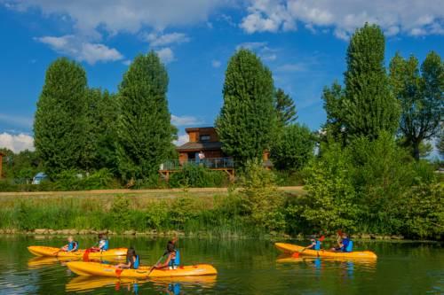 Kanopée Village : Guest accommodation near Toussieux