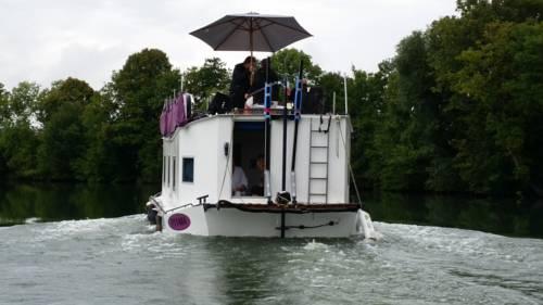 Bateau houseboat camille : Guest accommodation near Flize