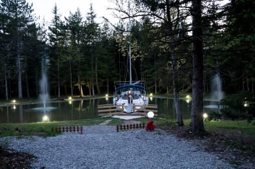 L'Insolite, le voilier de la Font Vineuse : Guest accommodation near Aspres-sur-Buëch