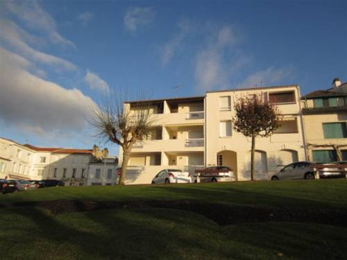 Apartment St georges de didonne, appartement belle vue mer, acces direct plage : Apartment near Semussac