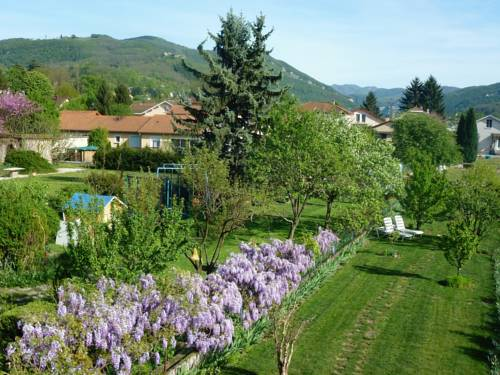 gîte Rose-Thé : Bed and Breakfast near Lagnieu